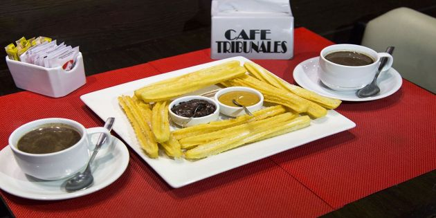 Chocolate caliente y churros - Café Tribunales